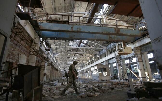Ukraina sõdur sõjategevuses hävinud tehasehoones.