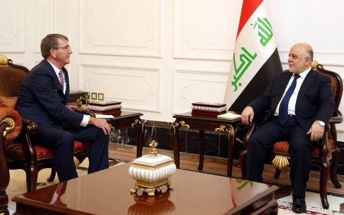 USA kaitseminister Ashton Carter (vasakul) ja Iraagi peaminister Haidar al-Abadi täna Bagdadis.