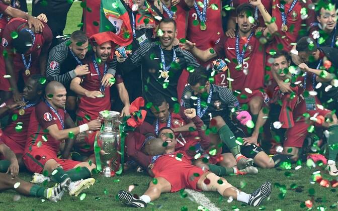 Portugali mängijad trofeega