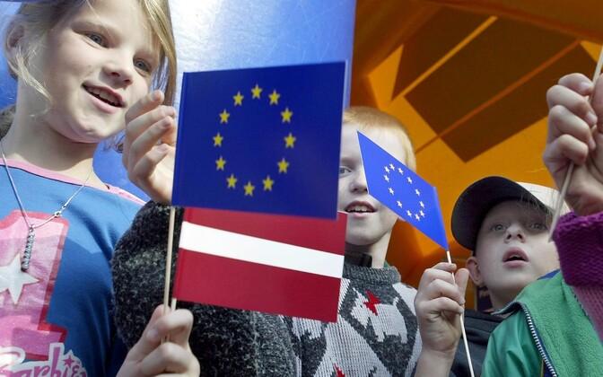 Läti lapsed Euroopa Liidu ja Läti lippudega.