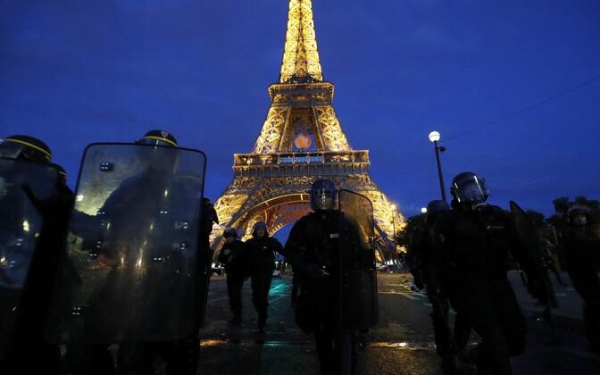 Prantsuse julgeolekujõud Eiffeli torni juures.