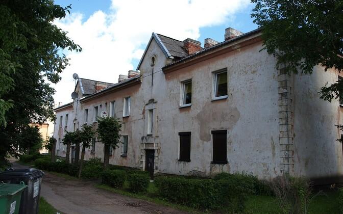 Kohtla-Järvel Kalevi tänaval varises piltidel olevas majas sisse vahelagi