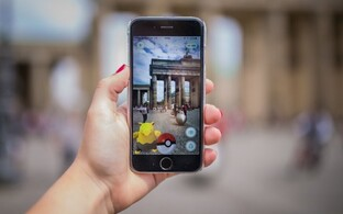 Новая игра Pokemon Go вывела людей на улицы.