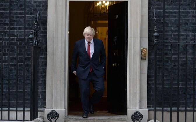 Uus välisminister Boris Johnson peaministri juurest lahkumas.
