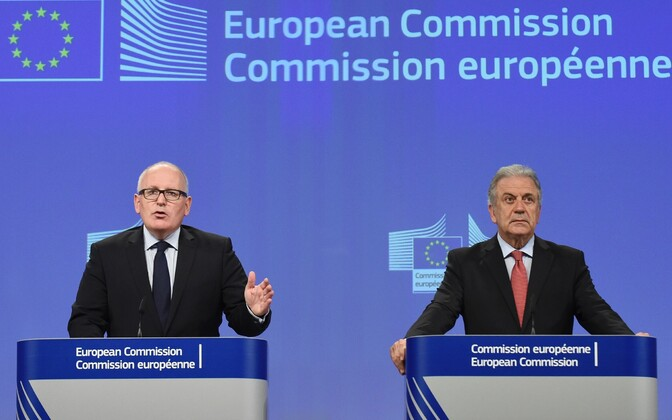 Euroopa Komisjoni asepresident Frans Timmermans (vasakul) ja migratsioonivolinik Dimitris Avramopoulos.