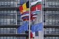 Prantsusmaa ja Euroopa Liidu lipud Strasbourg'is pooles mastis.