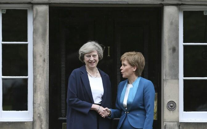 Theresa May (vasakul) ja Nicola Sturgeon täna Edinburghis.