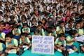 India koolilapsed palvetamas Nice'i ohvrite eest.
