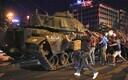 Meeleavaldajad Istanbulis armee vastu tegutsemas.