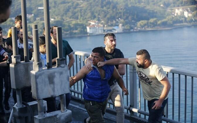 Tsiviilelanik pärast riigipöörajate sissepiiramist sõdurit ründamas.
