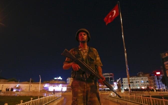 Türgi sõdur täna Istanbuli Taksimi väljakul.