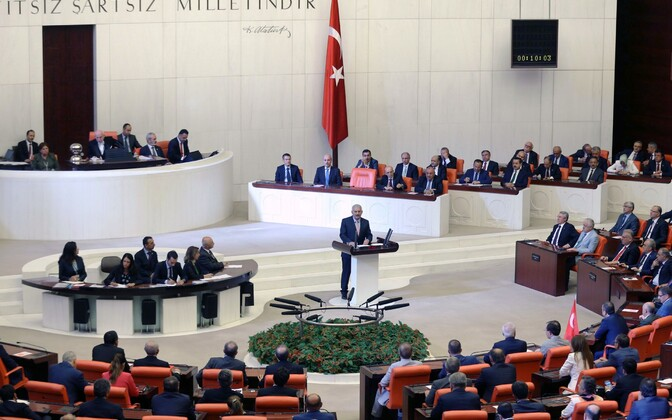Türgi peaminister parlamendi erakorralisel istungil.