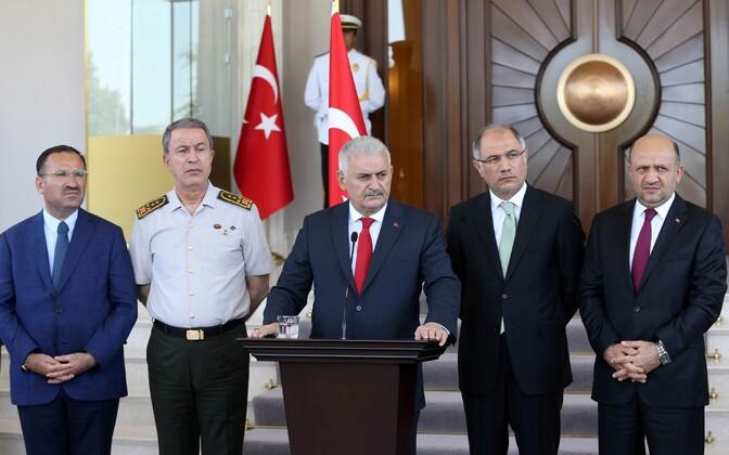 Peaminister Binali Yildirim (keskel), justiitsminister Bekir Bozdag (vasakul), relvajõudude ülem Hulusi Akar (vasakult teine), siseminister Efkan Ala (paremalt teine), kaitseminister Fikri Isik (paremal).
