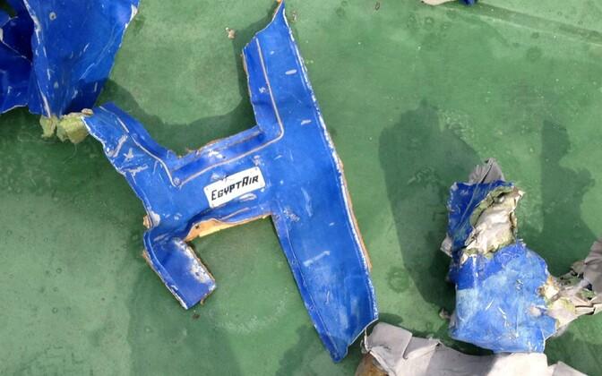 Alla kukkunud EgyptAiri lennuki tükid.