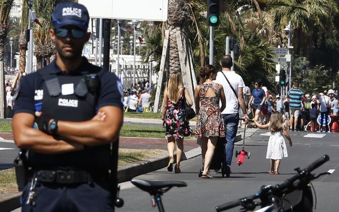 Politseinikud ja turistid Nice'is.