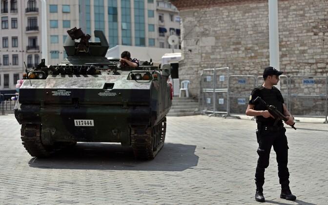 Türgi politseinikud ja riigipöörajate poolt kasutatud soomuk.