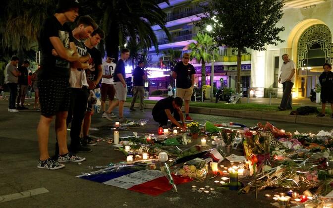 Lilled ja küünlad Nice'is ohvrite mälestuseks.