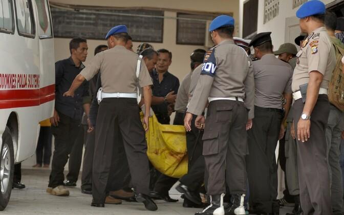 Indoneesia politseinikud ja laibakott täna Palu linna haigla juures.