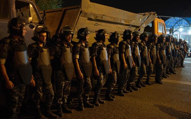 Politsei on Erebuni politseijaoskonna ümber piiranud.