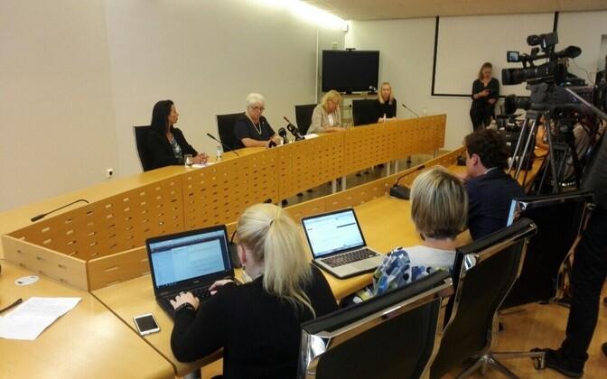 Välisminister Marina Kaljurand pressikonverentsil.