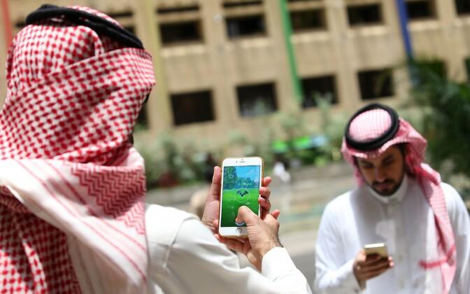 Saudi Araabia mehed Pokemon Go'd mängimas.