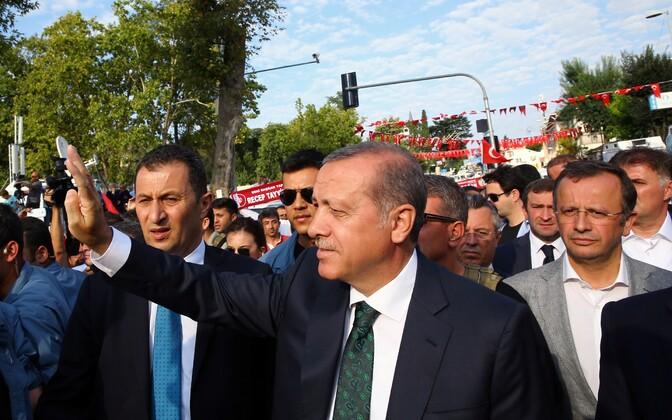President Erdogan 18. juulil toetajatele lehvitamas.