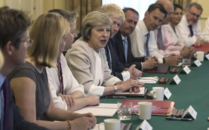Briti peaminister Theresa May eile oma esimesel valitsuskabineti istungil.
