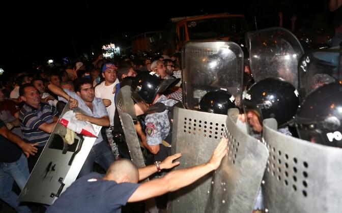 Protestijad nõudsid pantvangikriisi rahumeelset lahendamist.
