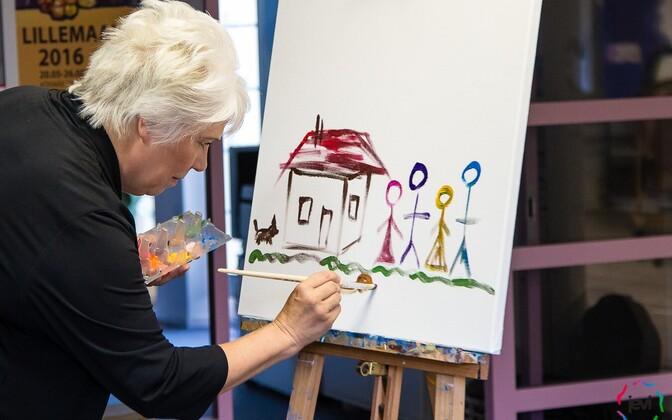 Marina Kaljurand joonistamas