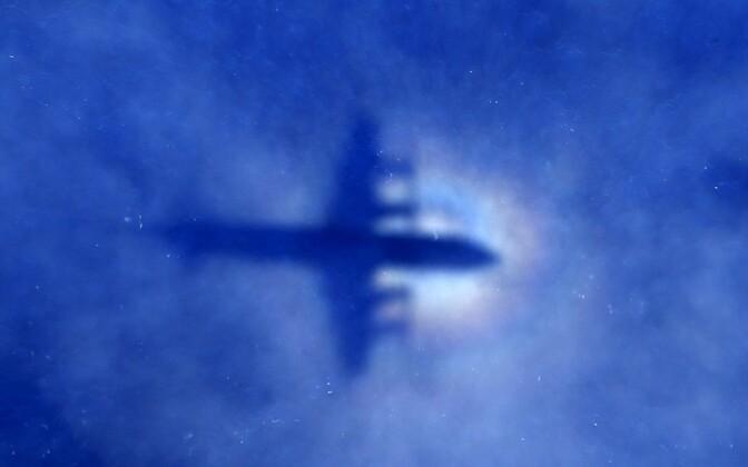 MH370 otsingutel osaleva Uus-Meremaa õhuväe lennuki P3 Orion vari.