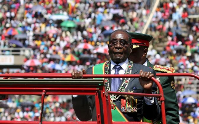 President Robert Mugabe Zimbabwe iseseisvuspäeva paraadil.