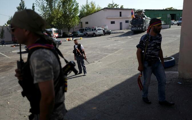 Relvastatud mehed Erebuni politseijaoskonnas.