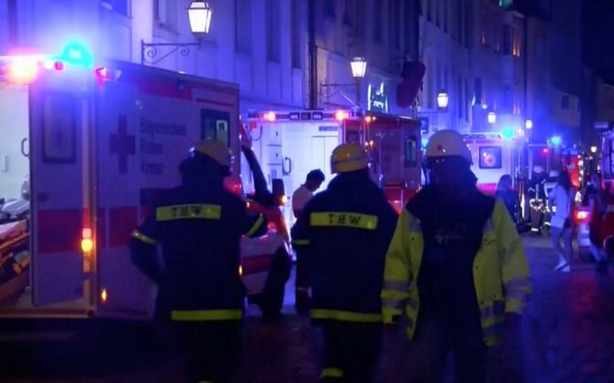 Päästetöötajad Ansbachis Lõuna-Saksamaal pommirünnakus kannatanud restorani juures.