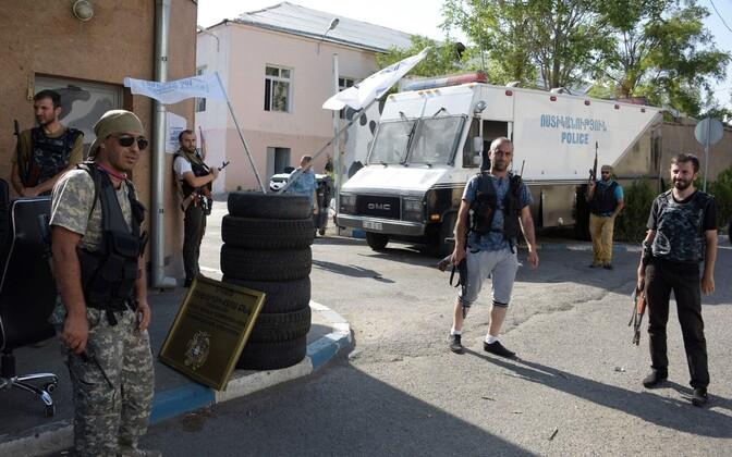 Jerevani politseijaoskonna hõivanud mehed.