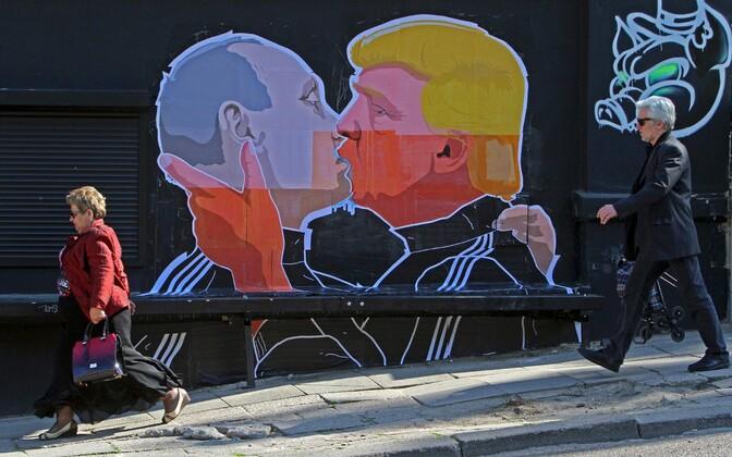 Donald Trumpi ja Venemaa president Vladimir Putinit kujutav karikatuur Leedu pealinna Vilniuse tänaval.