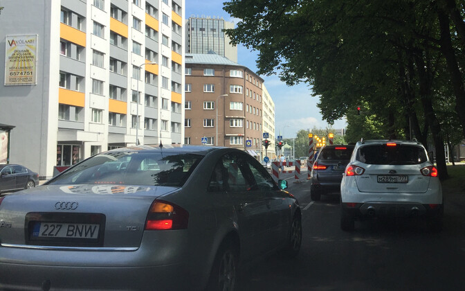 Kaevatööd Tallinna kesklinnas elava liiklusega Liivalaia tänaval.