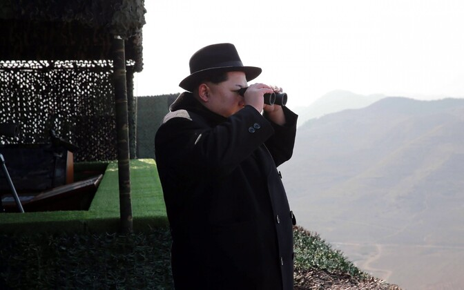 Põhja-Korea liider Kim Jong-un sõjaväeõppusi jälgimas.