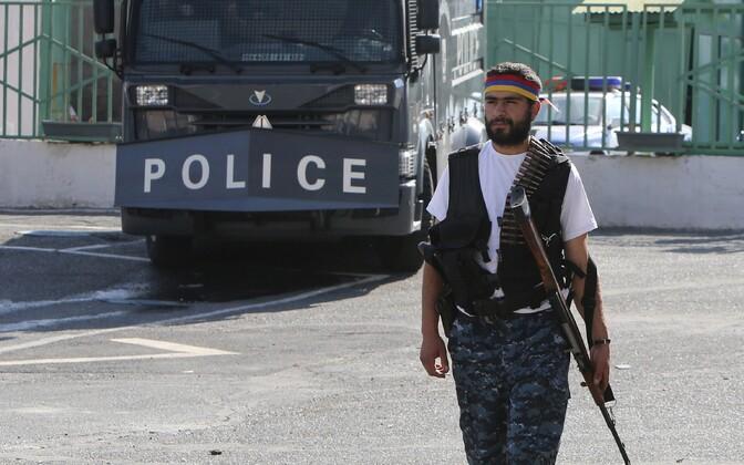 Jerevani politseijaoskonna hõivanud võitleja.