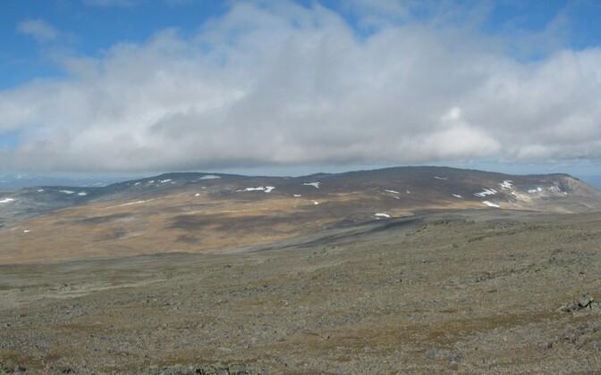 Vasakul Soome kõrgeim koht Haldičohkka, paremal Norrale kuuluv Ráisduattarháldi.