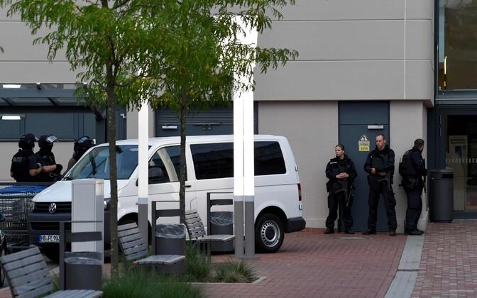 Politseijõud Weserparki kaubamaja juures.