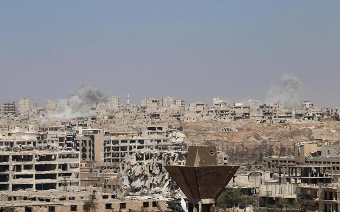 Aleppo purustatud hoonetest tõuseb suitsu 26. juulil toimunud valitsusvägede rünnaku ajal.