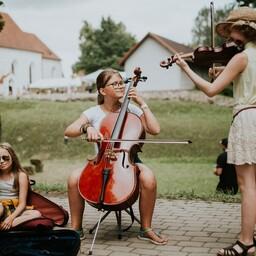Noored muusikud Viljandi pärimusmuusika festivalil.