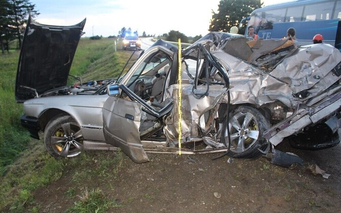 Kolme inimese surmaga lõppenud avariis purunenud BMW.
