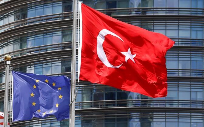 Euroopa Liidu ja Türgi lipud.