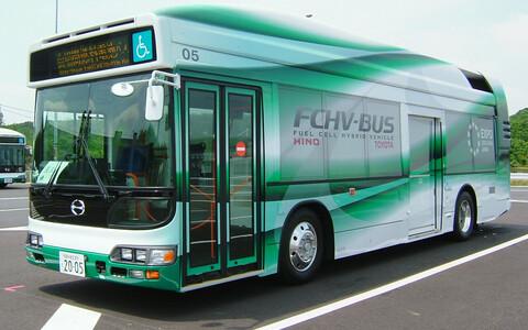 Üks esimesi vesinikuga sõitev busse, Toyota FCHV-BUS.