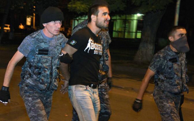 Armeenia politsei peab kinni opositsiooni meeleavaldusel osaleja.