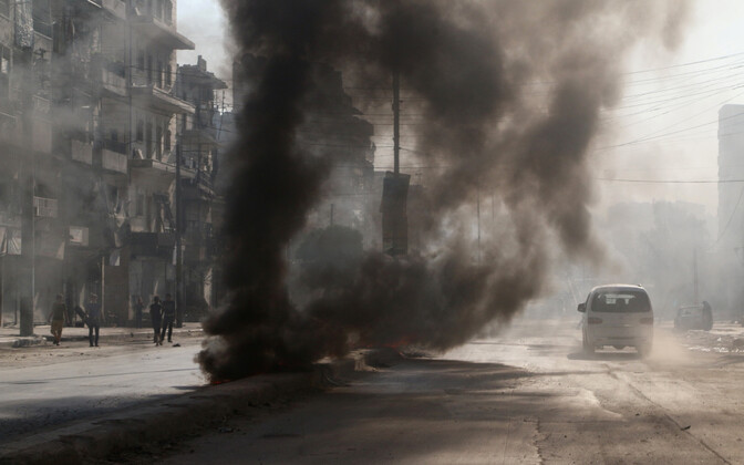 Aleppo elanikud põletavad rehve, et valitsusvägede ja nende Vene liitlaste õhurünnakuid takistada.