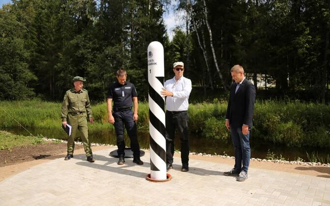 Uue piiriposti nr 1 paigaldamine, pildil PPA peadirektor Elmar Vaher, president Toomas Hendrik Ilves ja siseminister Hanno Pevkur.