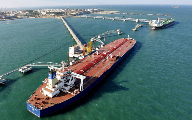 Nafta mahalaadimine tankeritelt Hiina rannikul.