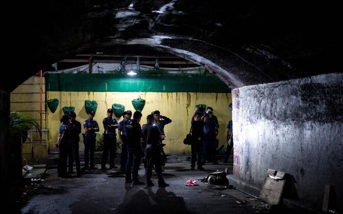 Politseinikud Manilas väidetava narkodiileri surnukeha juures.